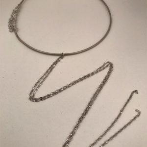 (Collana Cerchio con fregi) ottone e rame placcata argento rodiato (264).